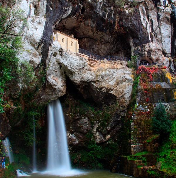 Historia: Cueva de Covadonda