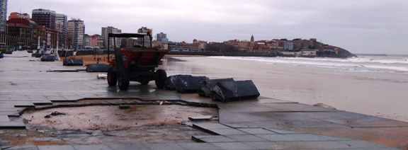 Destrozos en el paseo del muro de Gijón
